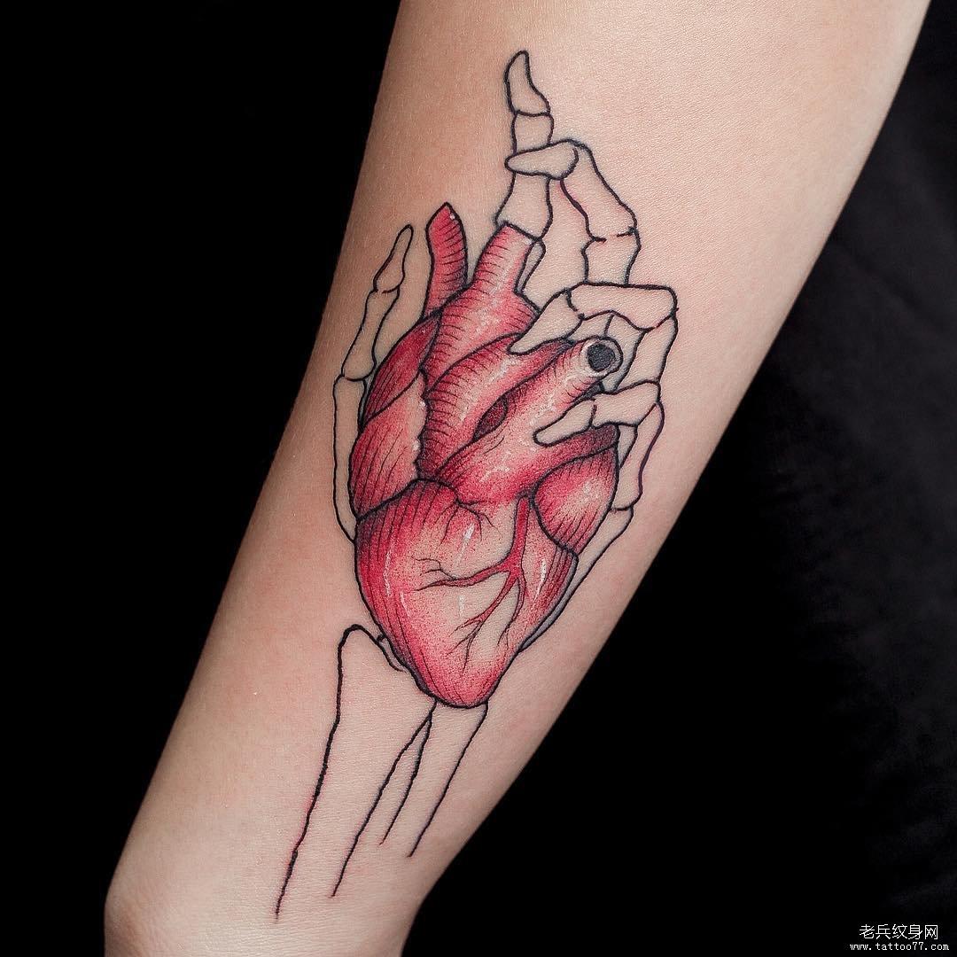 手臂骷髅手心脏纹身图案