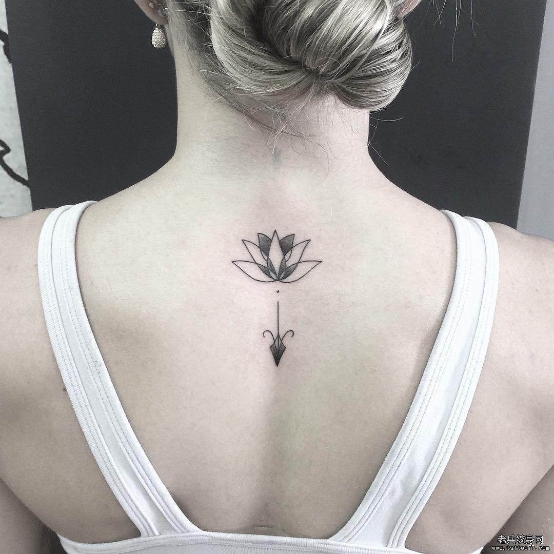 后背线条莲花纹身