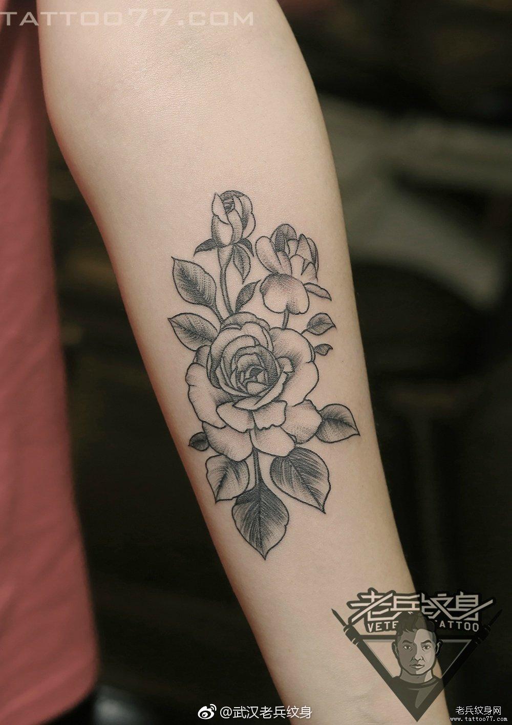 手臂黑灰花卉纹身作品图案