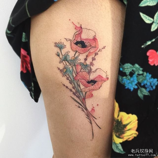 大腿色彩花卉纹身图案