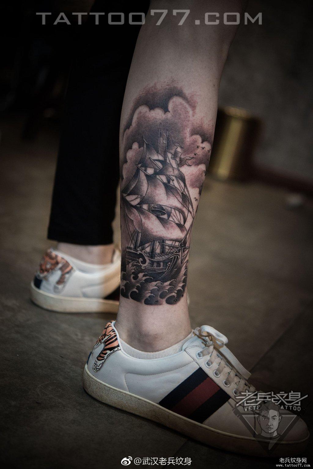 小腿黑灰帆船纹身作品