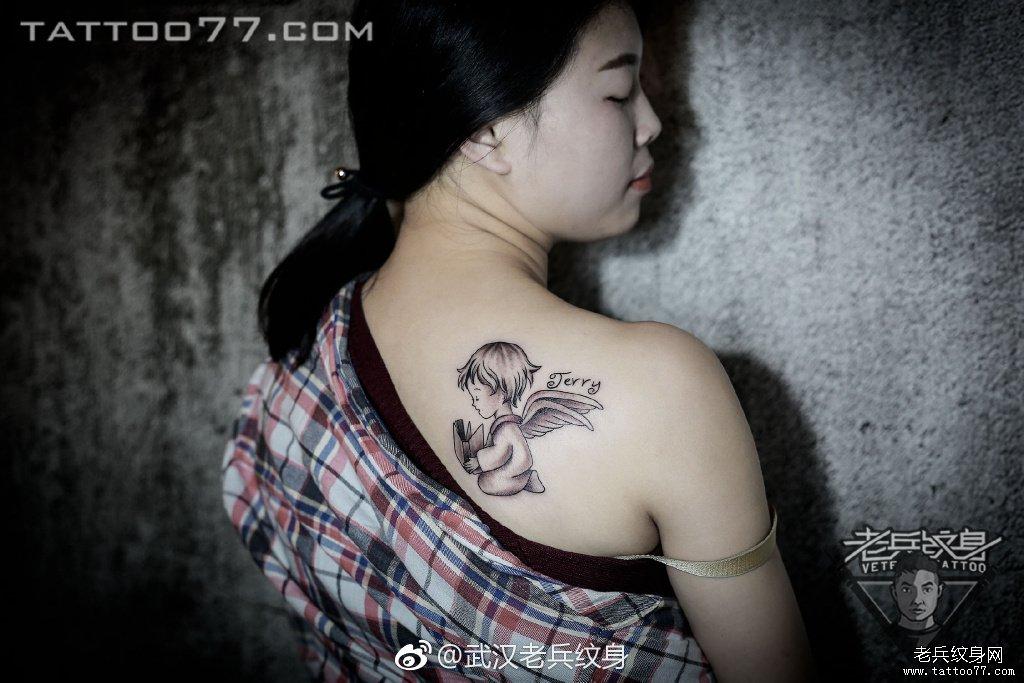 后背肩胛黑灰小天使纹身作品