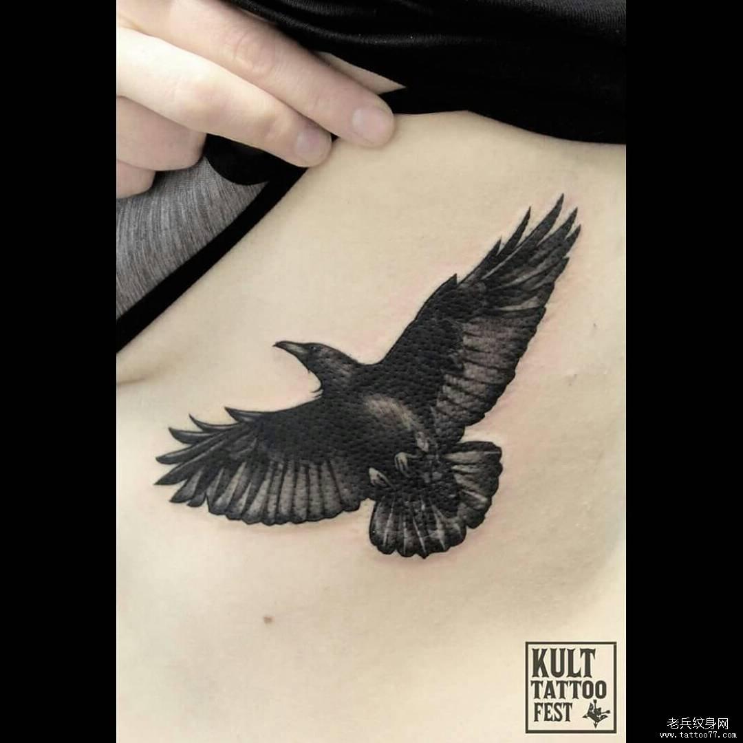 侧腰黑灰老鹰纹身图案