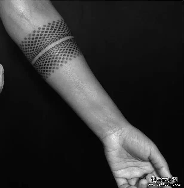 纹身主页 新闻资讯 国内国际纹身刺青资讯  药药切克闹,男生臂环来一