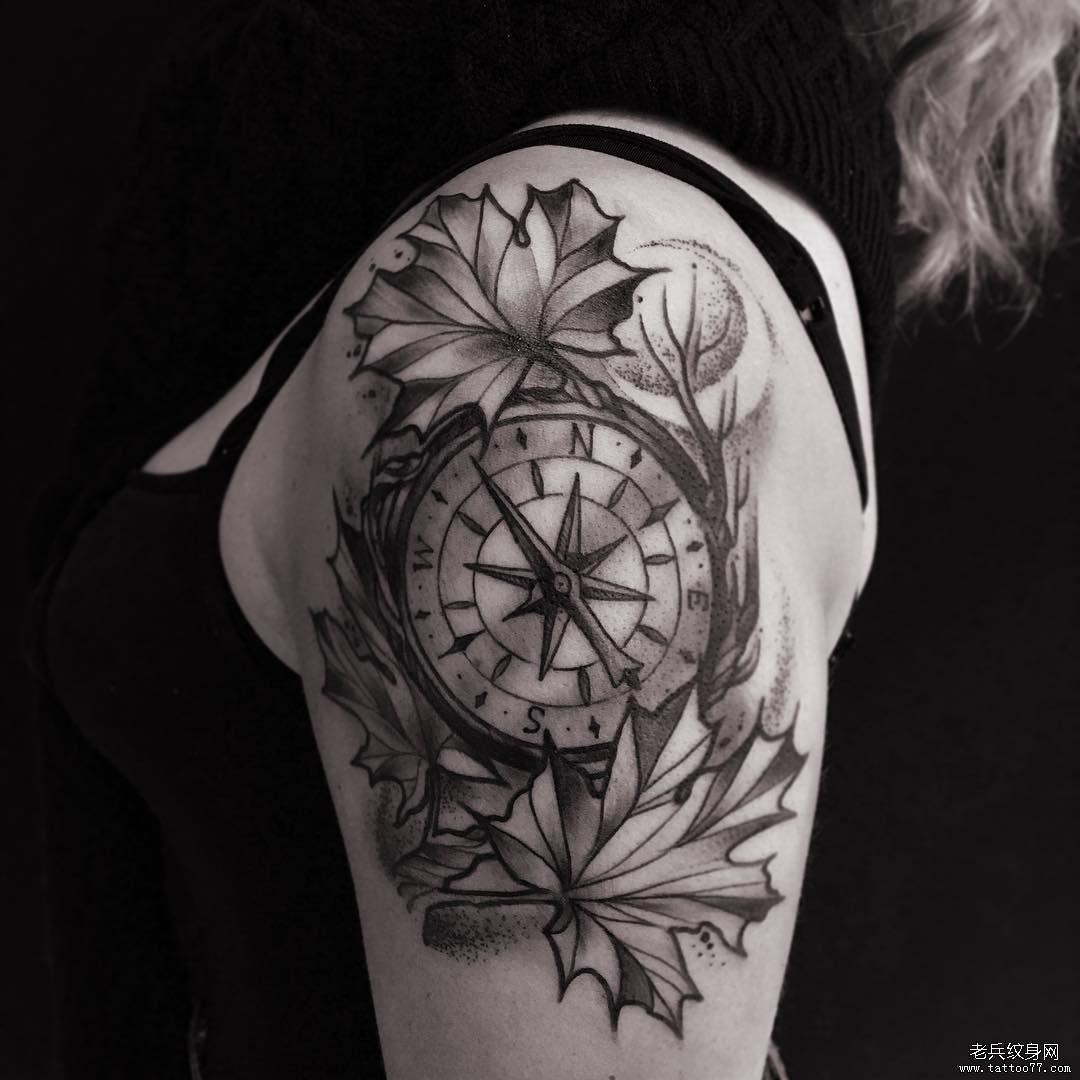 黑灰大臂指南针纹身图案