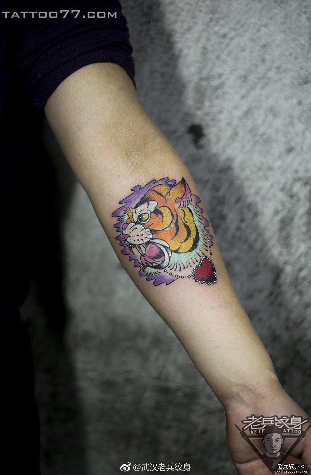 手臂色彩老虎纹身作品图案
