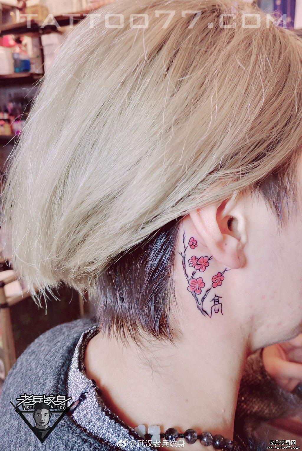 耳后色彩梅花纹身作品图案