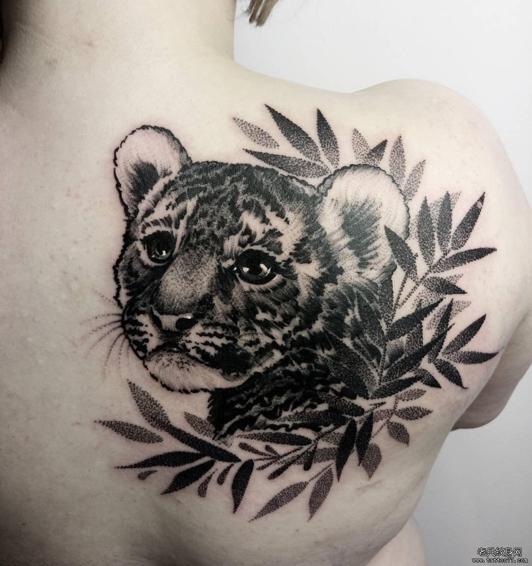 黑灰后背老虎纹身图案