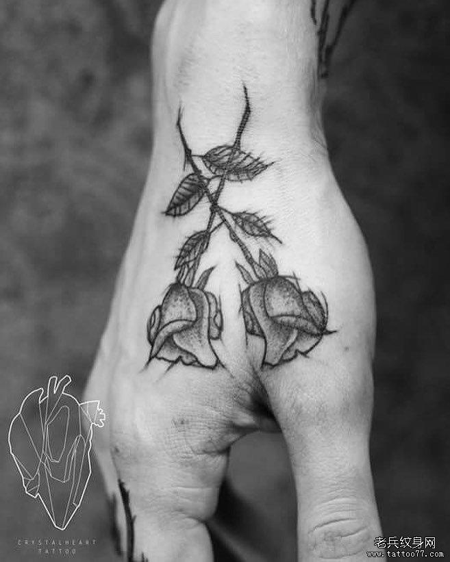 黑灰虎口玫瑰纹身图案