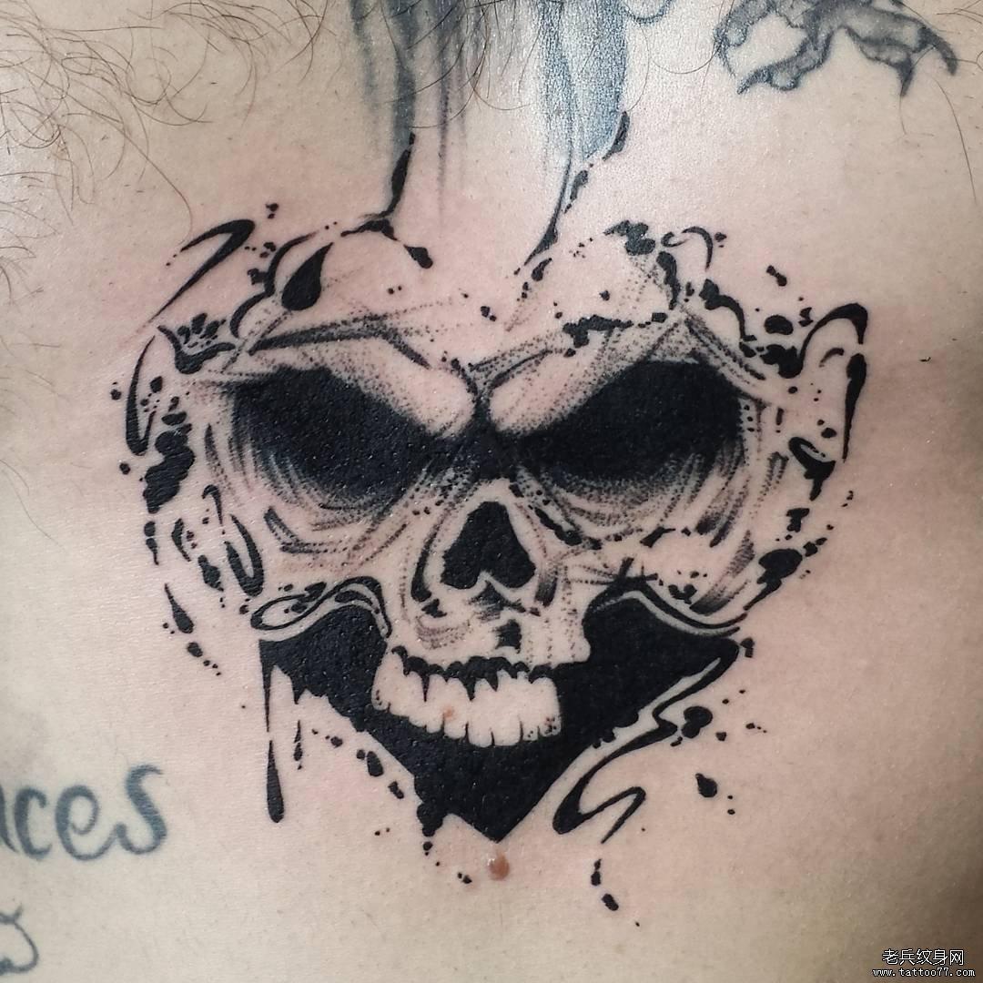 黑灰骷髅胸口纹身图案