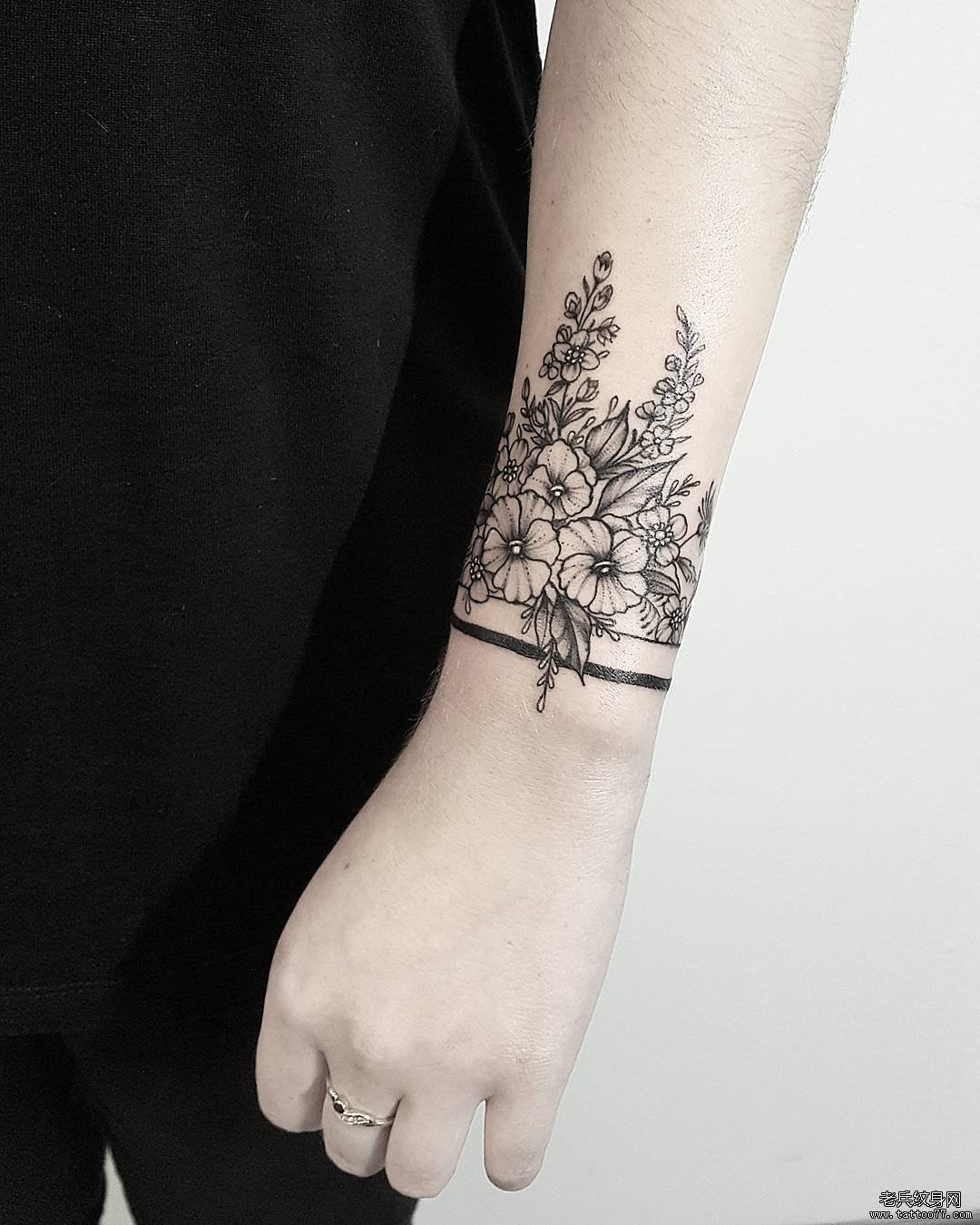 黑灰花臂环纹身图案