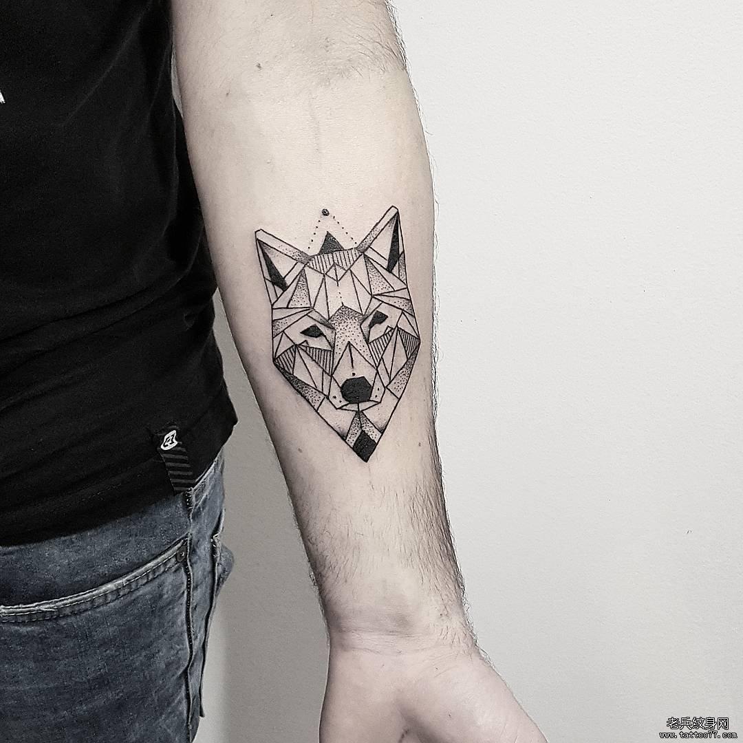 黑灰几何狼手臂纹身图案