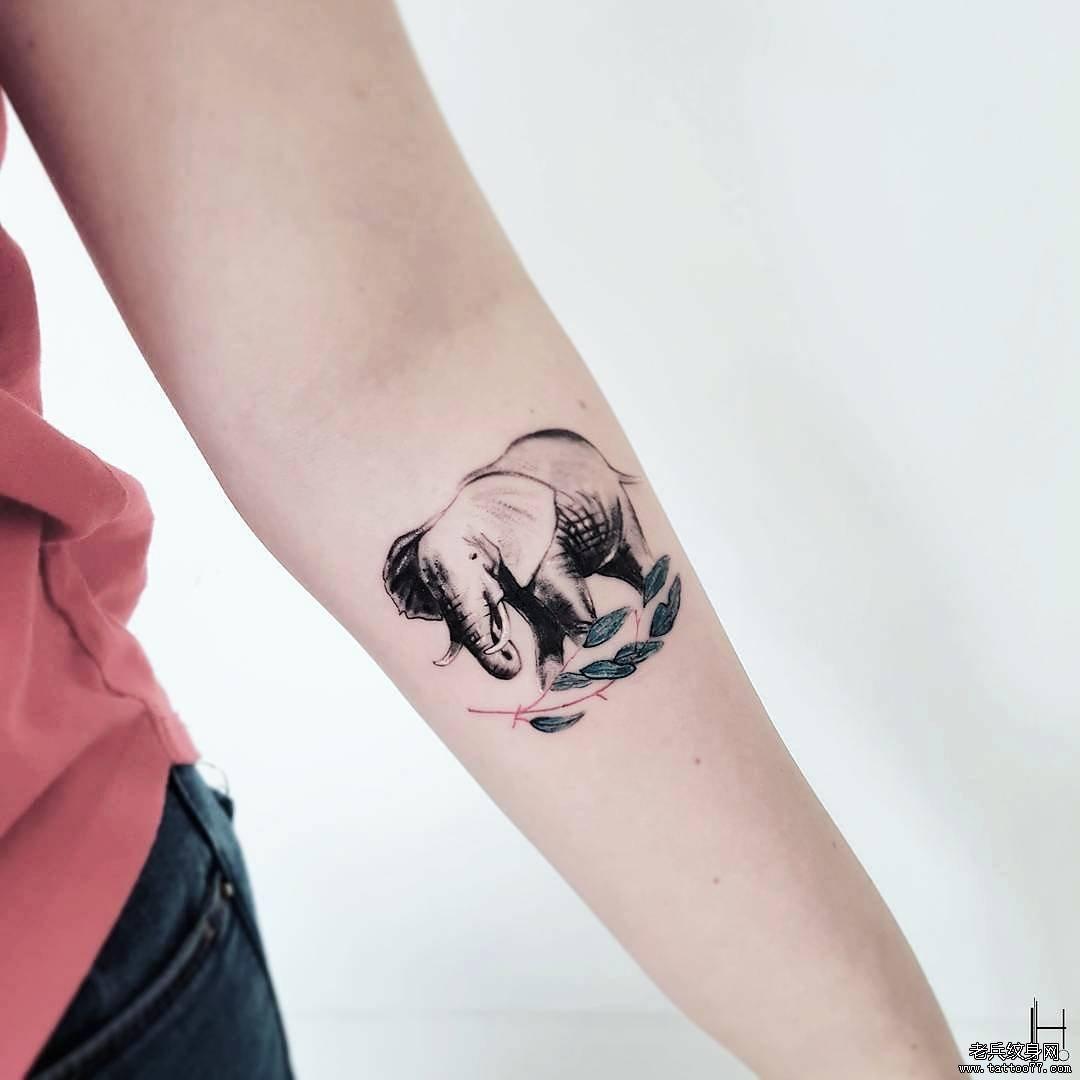 黑灰大象手臂纹身图案