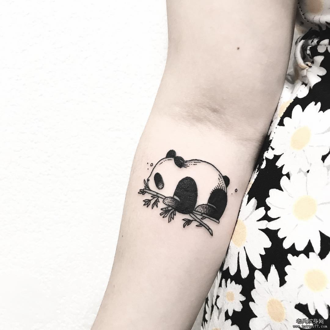 卡通大熊猫手臂纹身图案