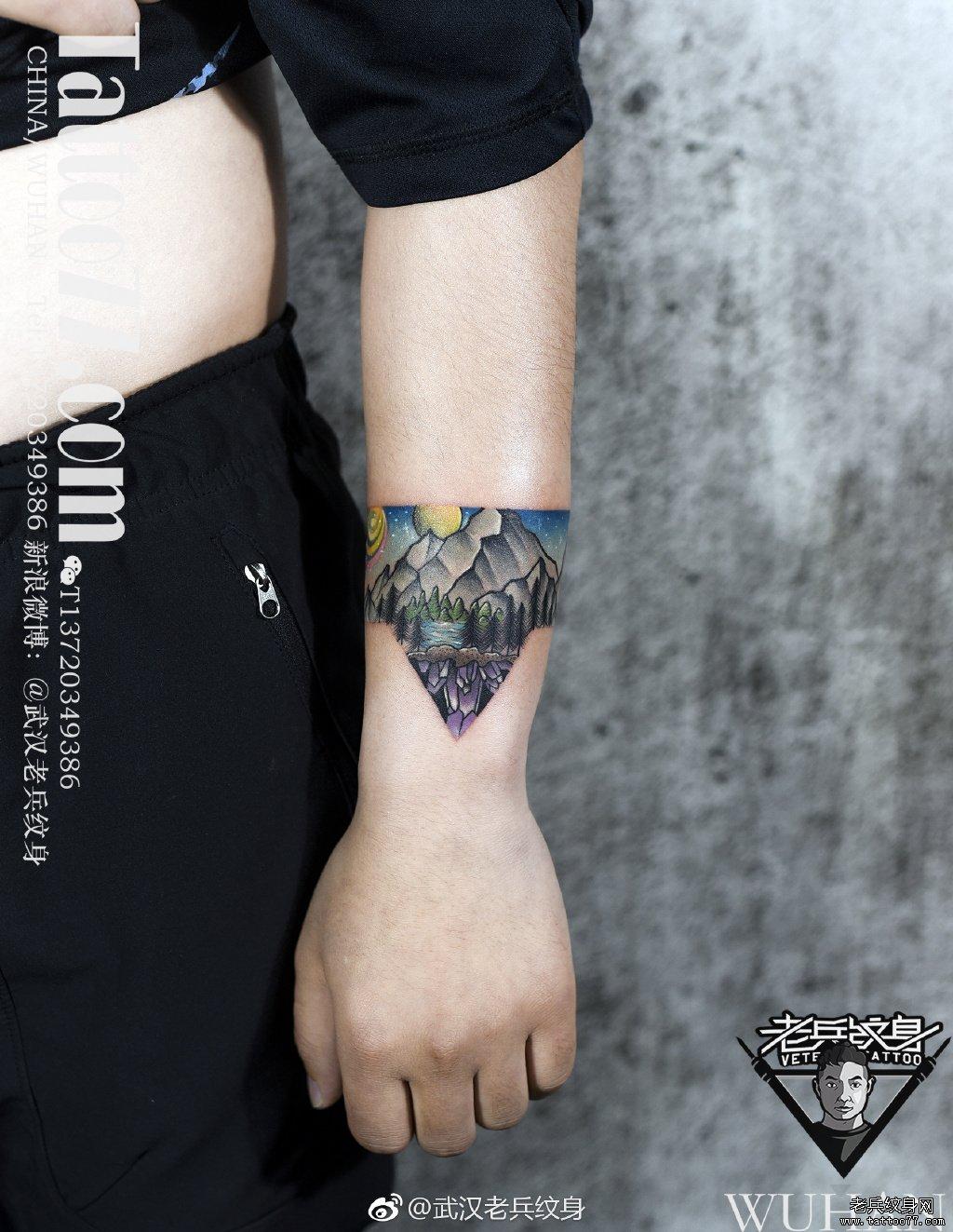 彩色山峰臂环纹身作品