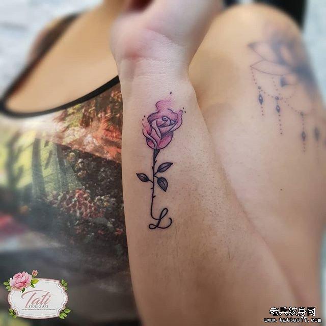 色彩玫瑰花手腕纹身图案