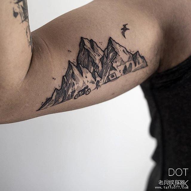 黑灰山手臂纹身图案