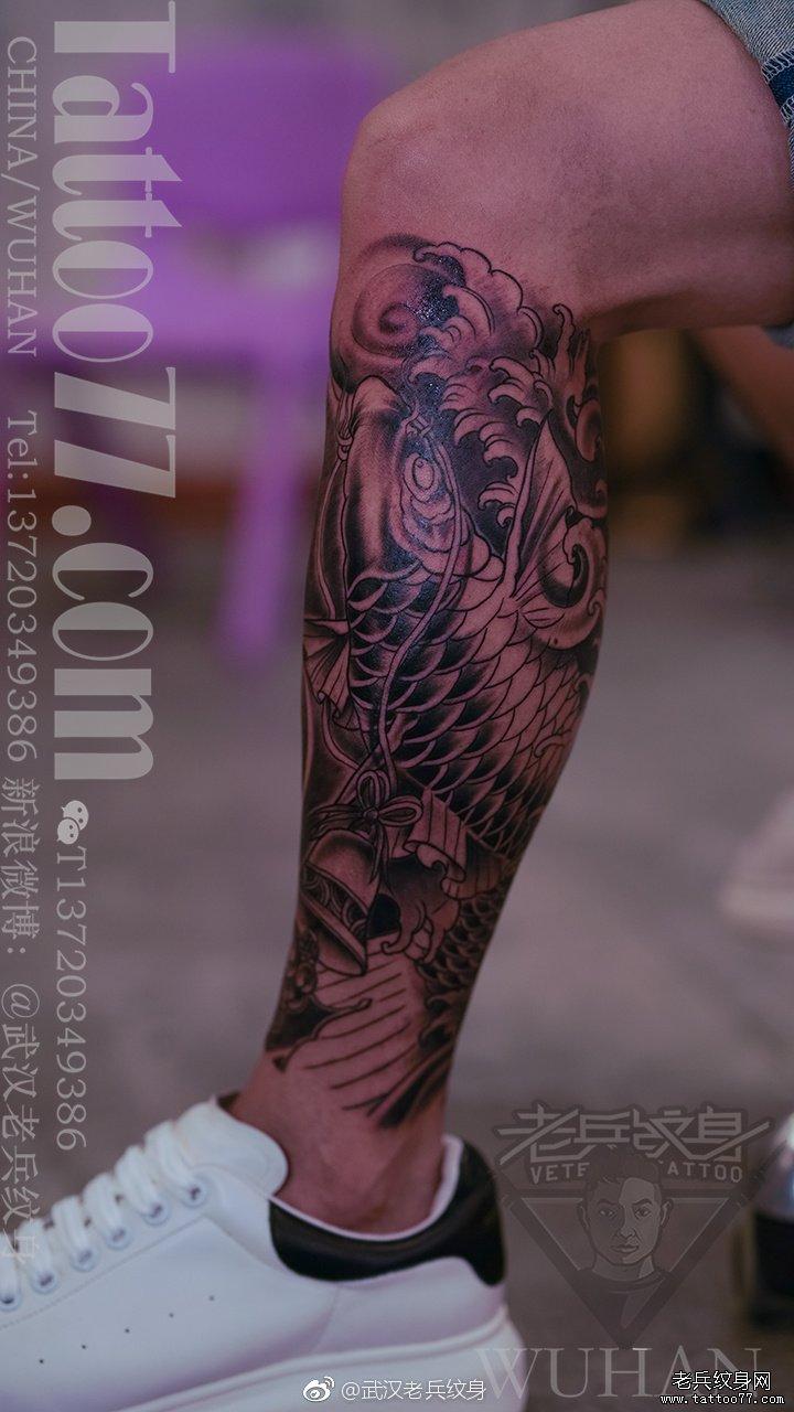 黑灰鲤鱼小腿纹身作品图片