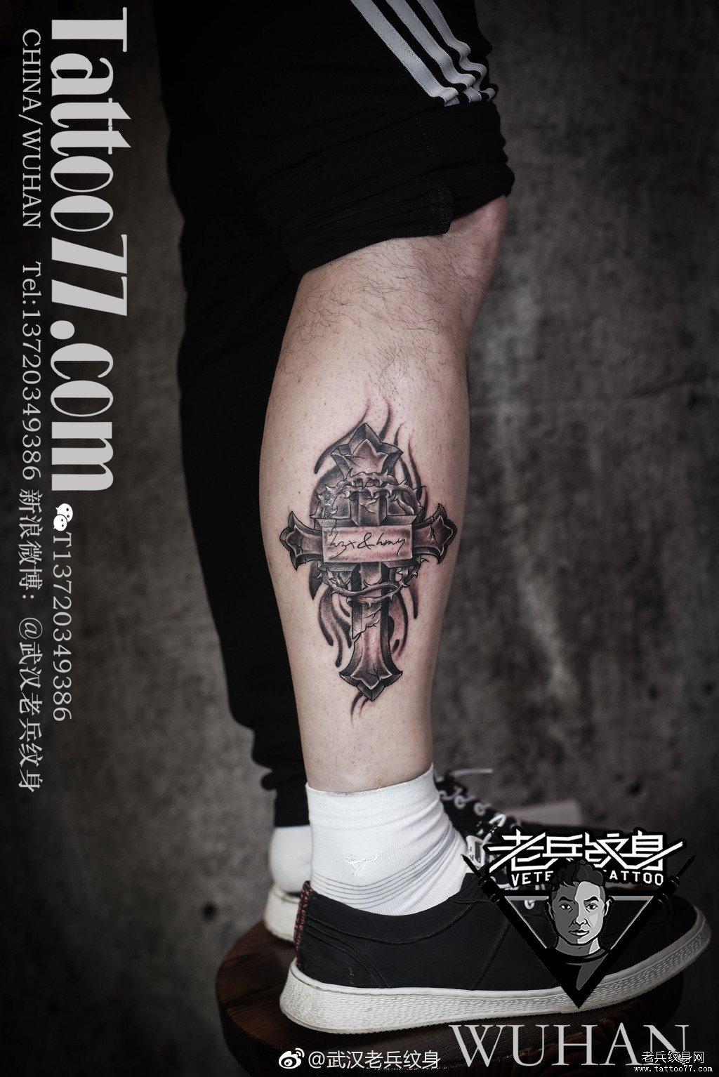 黑灰十字架纹身