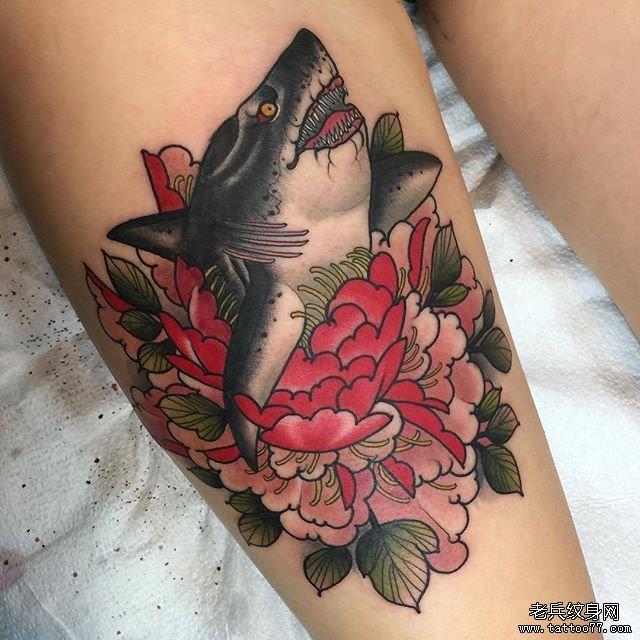鲨鱼花朵纹身图案