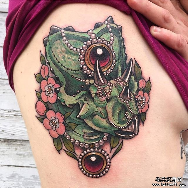 山太阳手花朵纹身图案