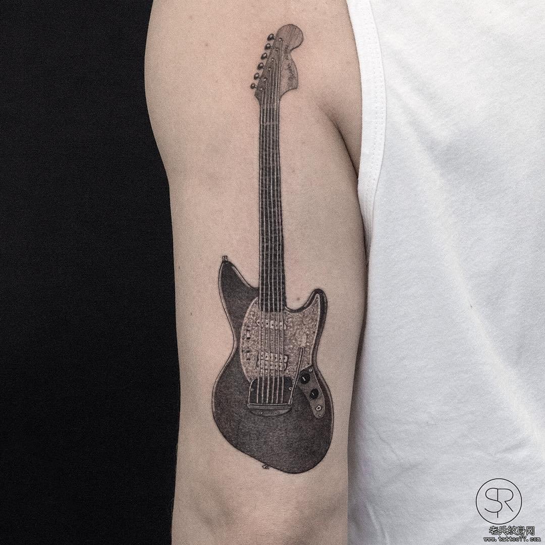 大臂吉他纹身图案