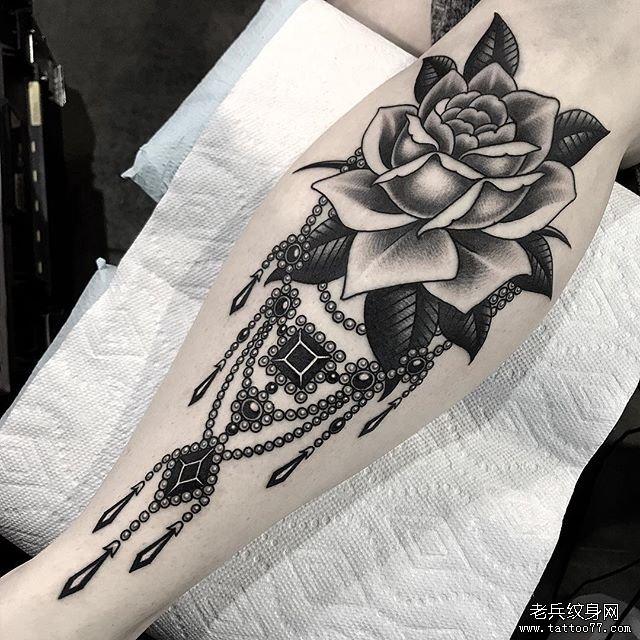 腿部玫瑰纹身图案