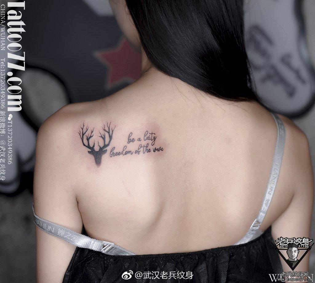 小臂花体字纹身