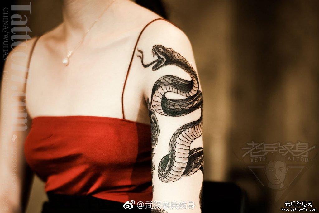 手臂蛇纹身图案图片