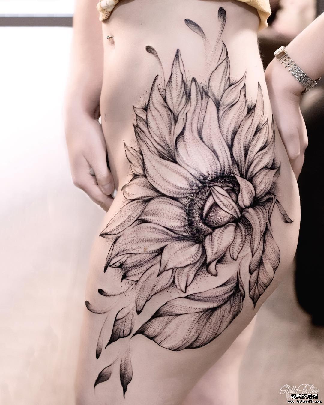 大腿彩色玫瑰花纹身图案