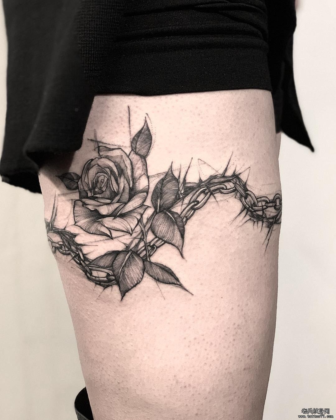 大腿黑灰玫瑰花锁链纹身图案