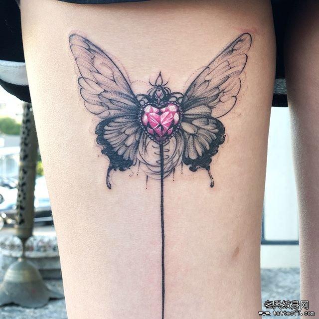 大腿蝴蝶宝石纹身图案