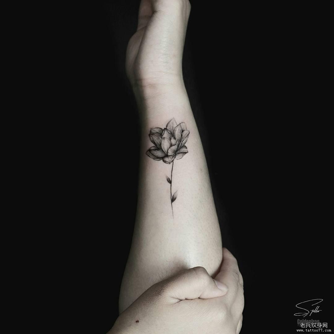 手臂黑灰荷花纹身图案