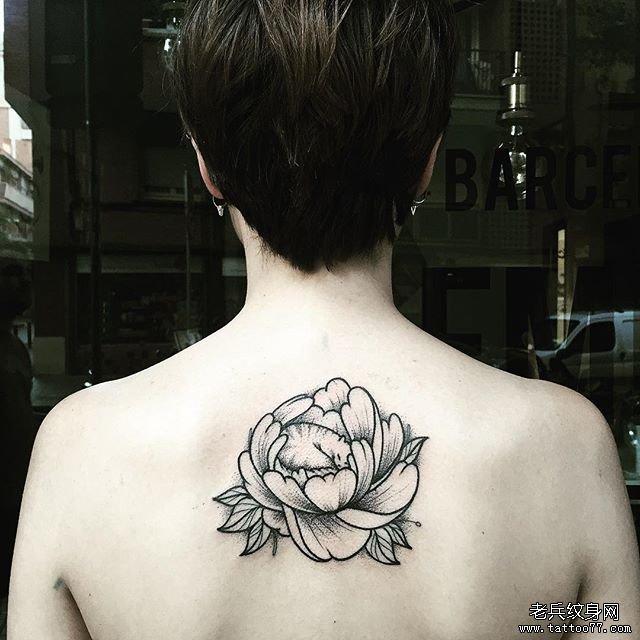 后背飘针牡丹花纹身图案