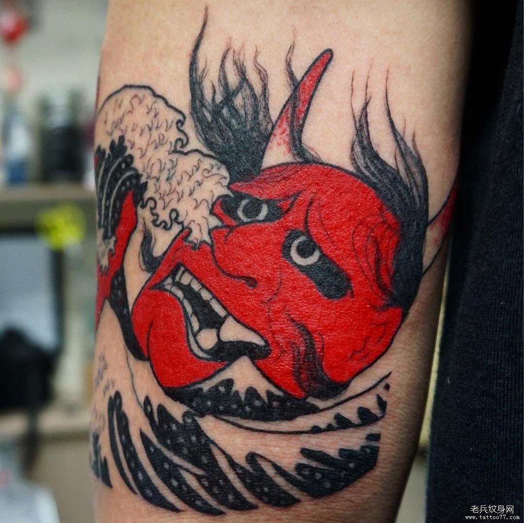 手臂彩色海浪红般若纹身图案