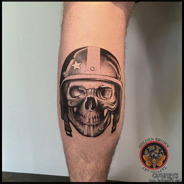 大腿黑灰骷髅国王纹身图案