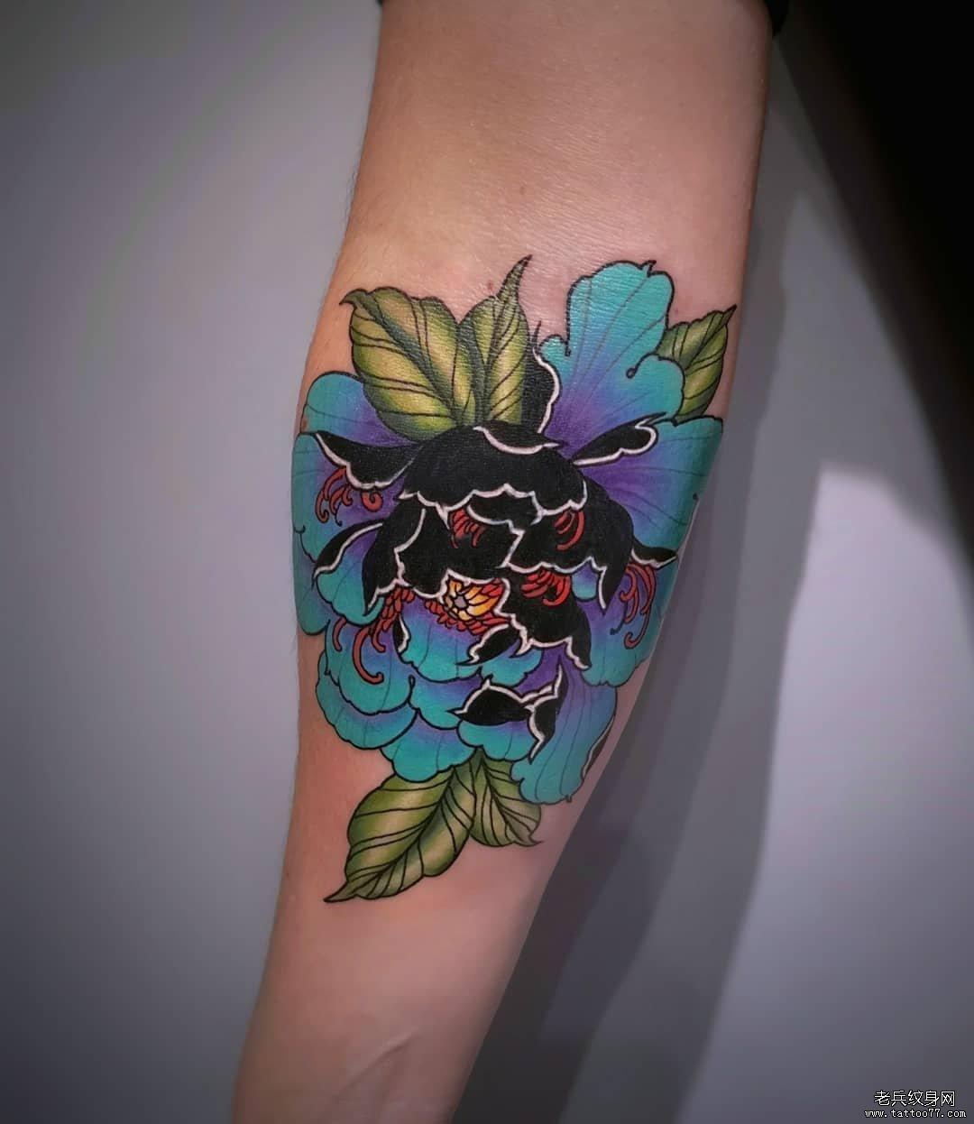 手臂彩色牡丹花纹身图案
