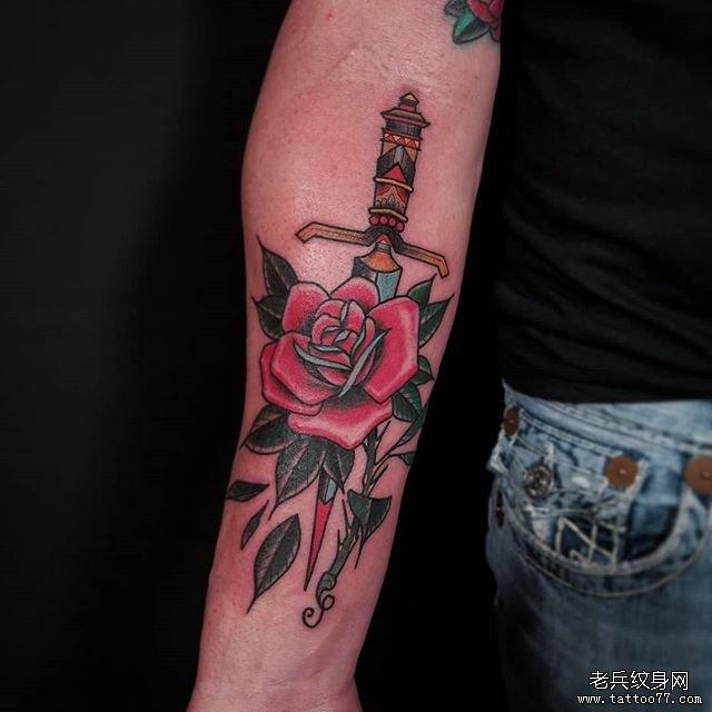 手臂彩色匕首玫瑰花纹身图案