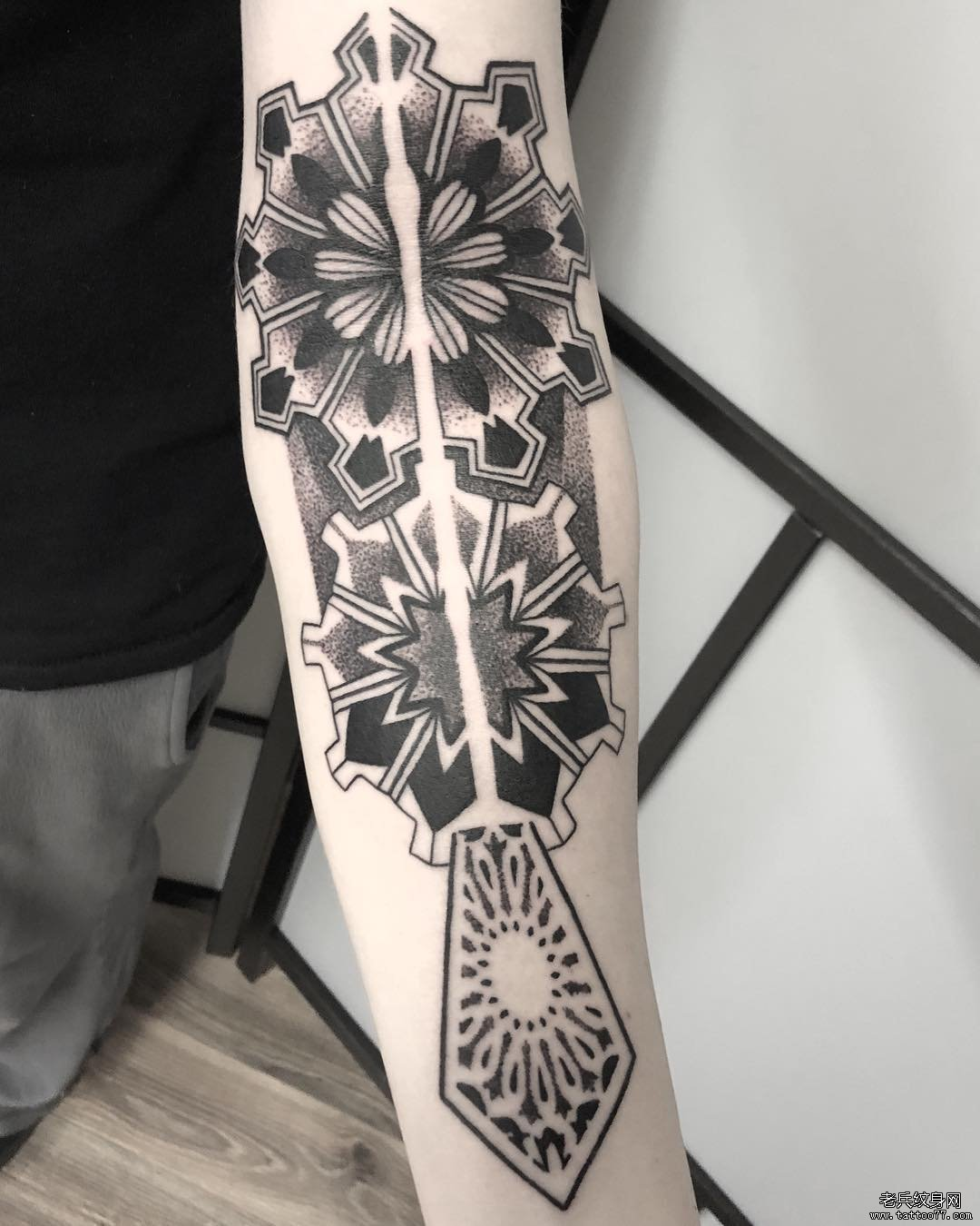 手臂黑灰点刺几何梵花纹身图案