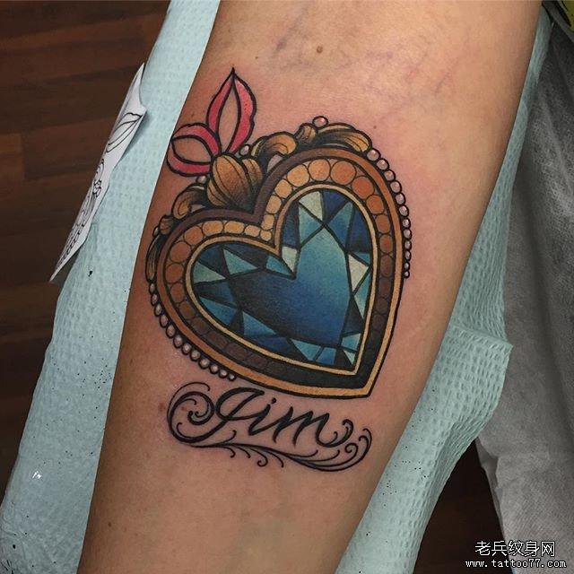 手臂彩色爱心宝石纹身图案