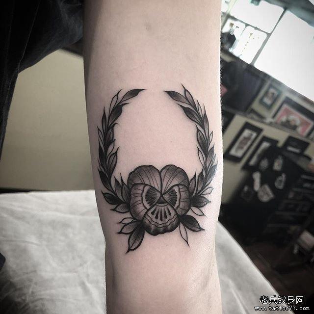 手臂黑灰花环纹身图案图片