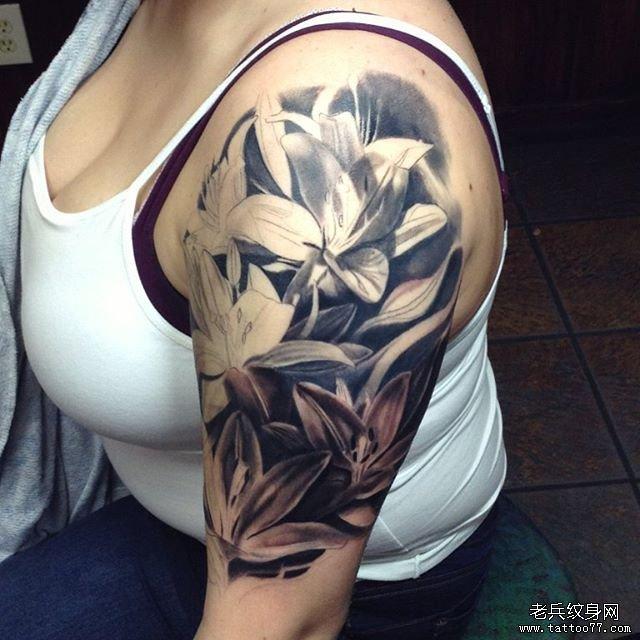 手臂黑灰百合花纹身图案图片