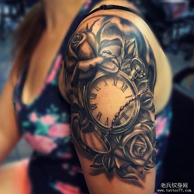手臂黑灰写实怀表玫瑰花纹身图案