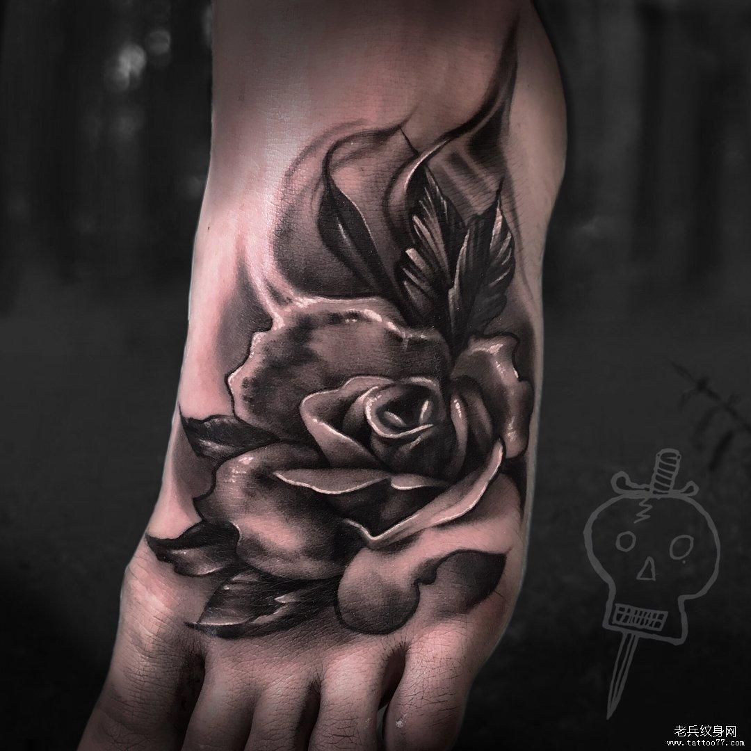 黑灰写实玫瑰花纹身图案