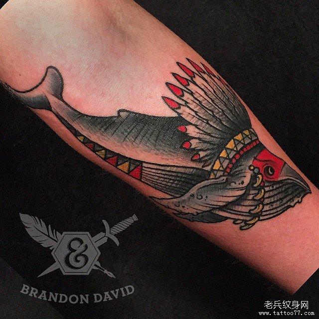 手臂彩色印第安鲸鱼纹身图案图片