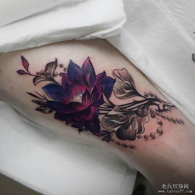 手臂彩色莲花纹身图案