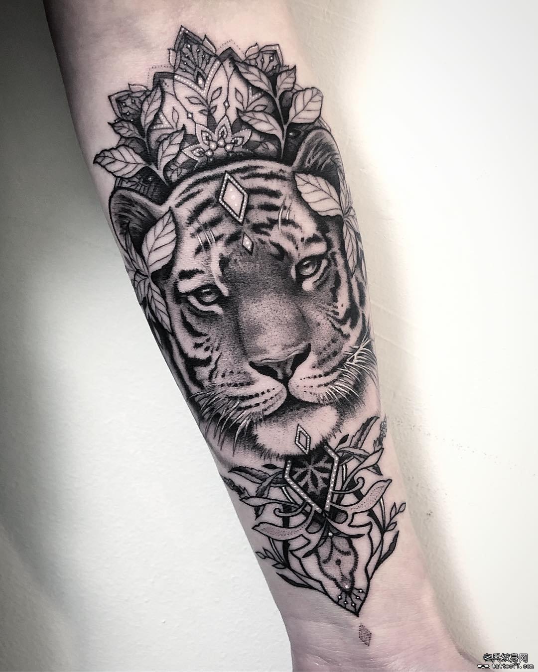 手臂黑灰老虎梵花纹身图案