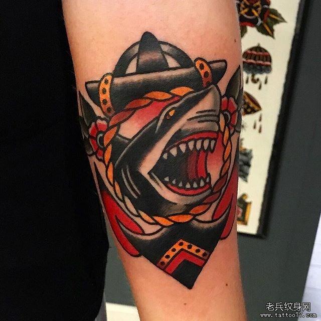 手臂彩色船锚鲨鱼纹身图案