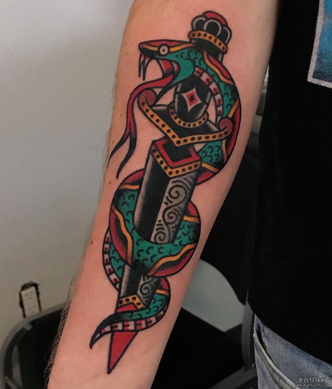 彩色school匕首蛇纹身图案
