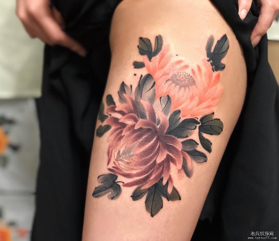 大腿彩色水墨菊花纹身图案